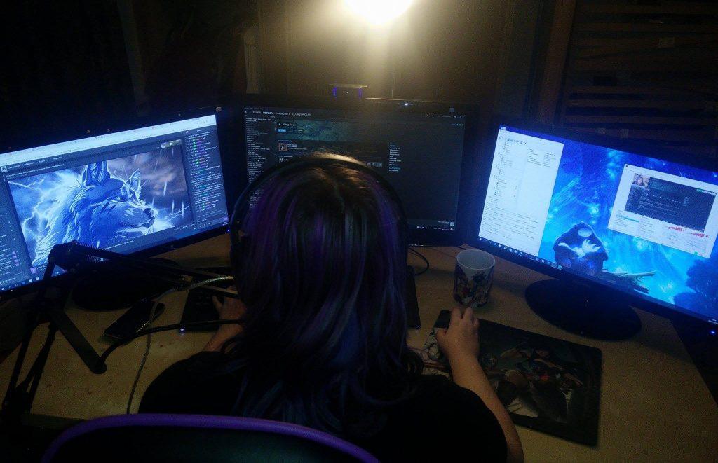 Debbie-ClumsyWolfy-streamer-girl-gamer-twitch
