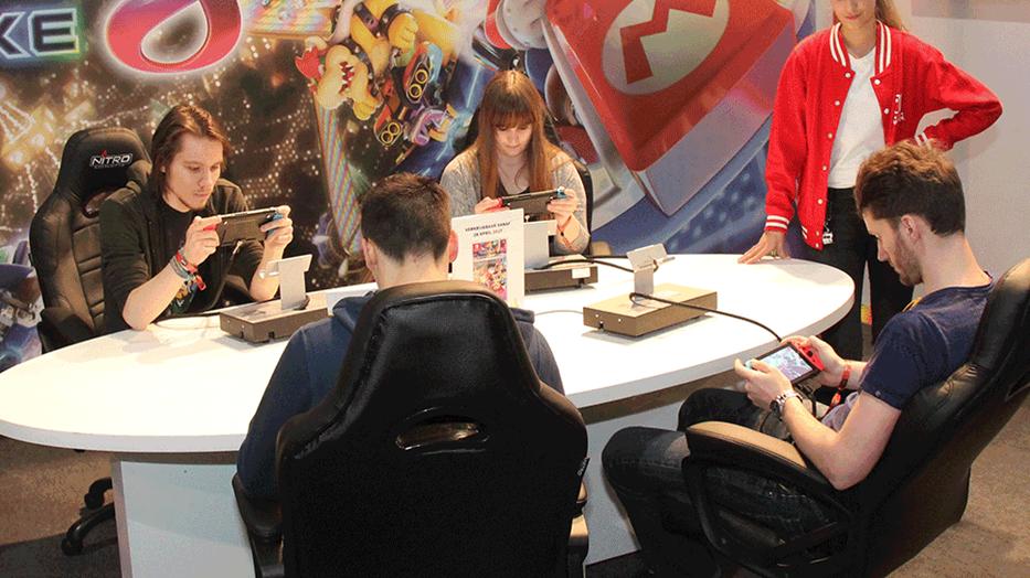 Comic con 2017 x-mas con gaming guide girl gamer galaxy gamer area mario kart e-sports